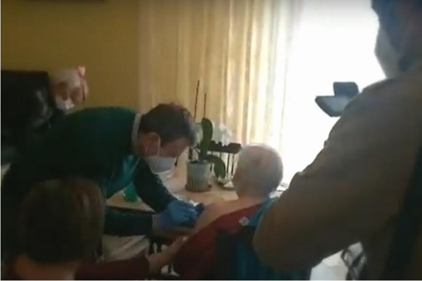 A L'Aquila OSA vaccina la signora Leontina, 91 anni